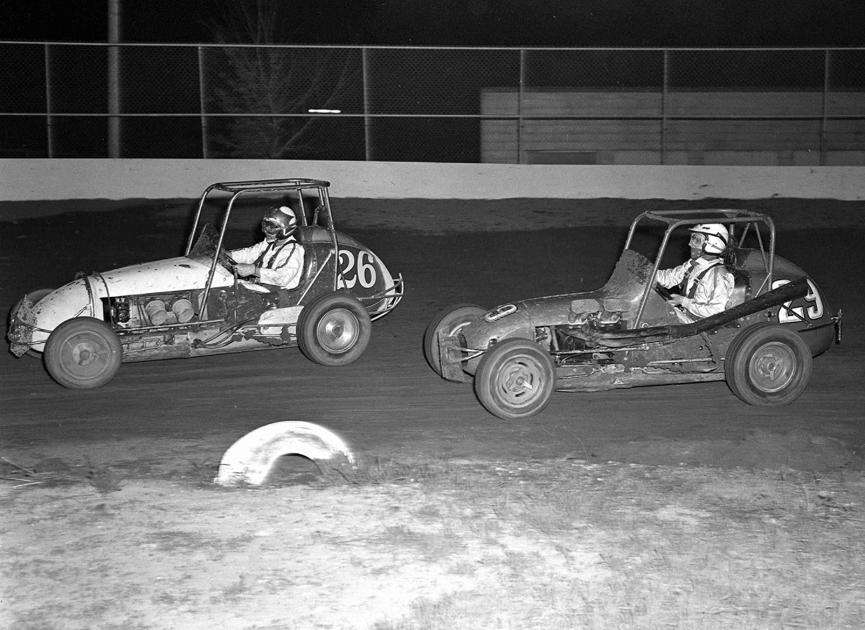 Illinois will county peotone - Tom Corcoran 29 Chases Veteran Driver Danny Kladis 26 During Uara Midget Action At The Will County Fairgrounds On May 20 1972